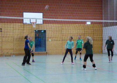 Gemeinsame Übungen beim Volleyball-Training